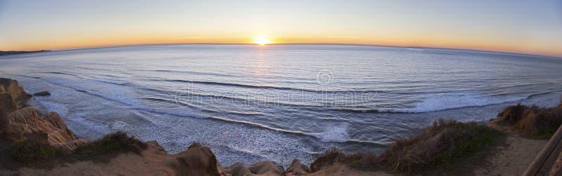 Ευρύ πανοραμικό τοπίο ηλιοβασιλέματος και Ειρηνικών Ωκεανών στα πεύκα Σαν Ντιέγκο Καλιφόρνια Torrey στοκ φωτογραφίες με δικαίωμα ελεύθερης χρήσης