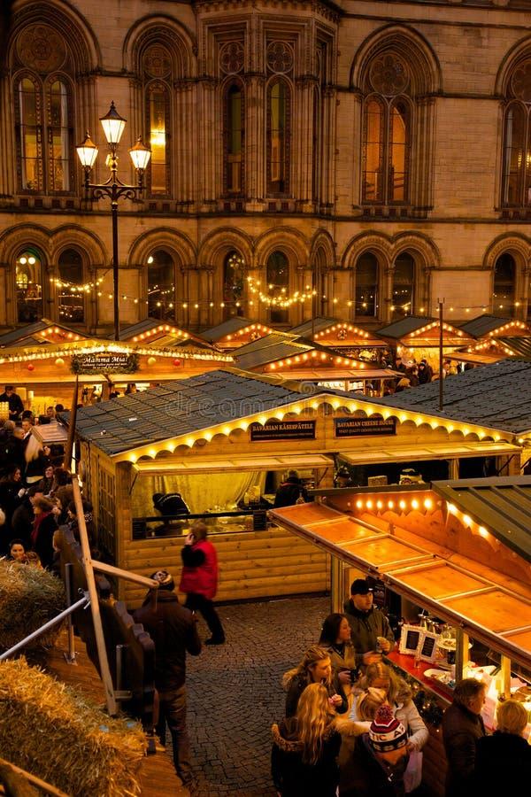 Ευρώπη, Ηνωμένο Βασίλειο, Αγγλία, Lancashire, Μάντσεστερ, Αλβέρτος Square, αγορά Χριστουγέννων & Δημαρχείο στοκ εικόνα με δικαίωμα ελεύθερης χρήσης