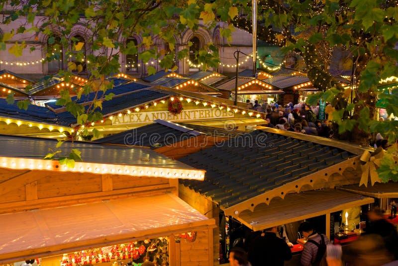 Ευρώπη, Ηνωμένο Βασίλειο, Αγγλία, Lancashire, Μάντσεστερ, Αλβέρτος Square, αγορά Χριστουγέννων & Δημαρχείο στοκ εικόνα