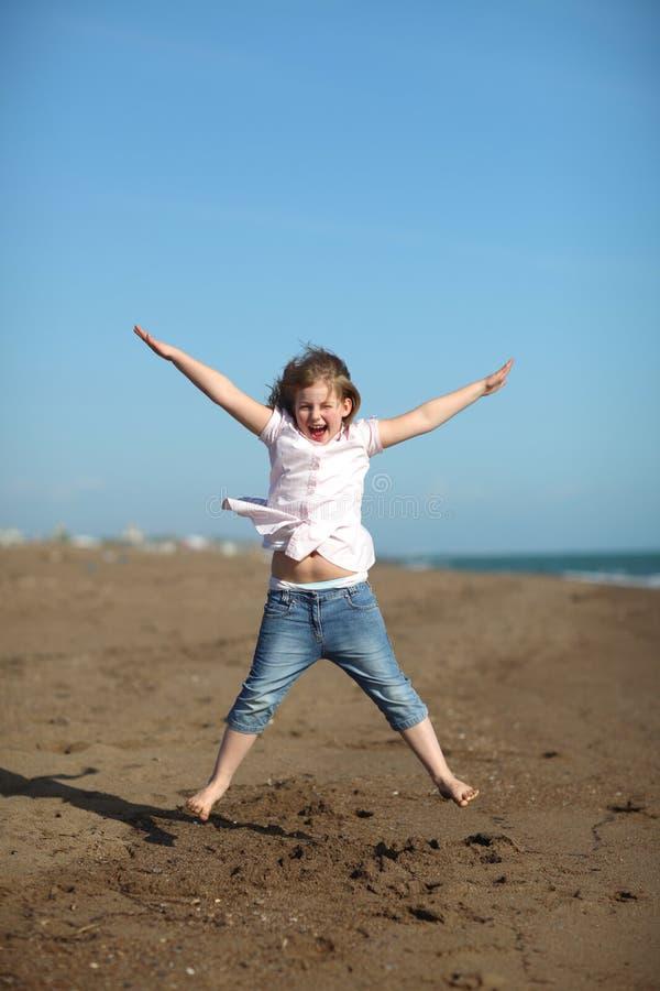 ευτυχές άλμα κοριτσιών πα στοκ εικόνα με δικαίωμα ελεύθερης χρήσης