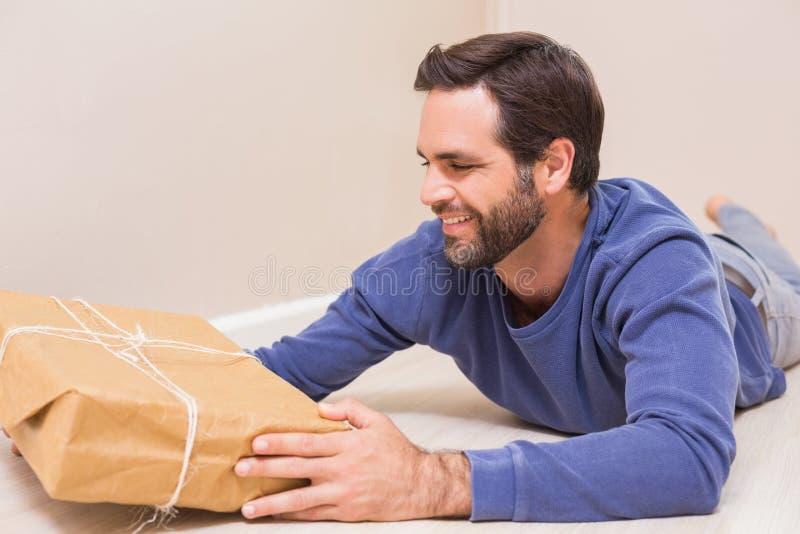 Ευτυχές άτομο που εξετάζει τη συσκευασία στοκ εικόνες
