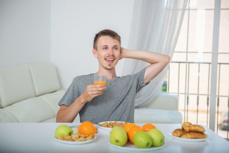 Ευτυχές άτομο που πίνει το φρέσκο χυμό για το πρόγευμα στοκ φωτογραφία με δικαίωμα ελεύθερης χρήσης