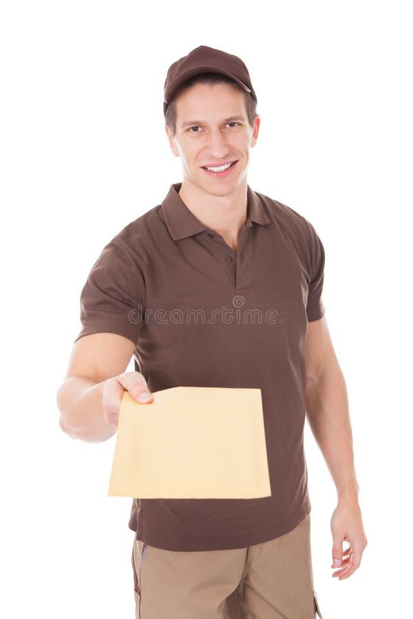 Ευτυχές άτομο που παραδίδει το ταχυδρομείο στοκ εικόνες