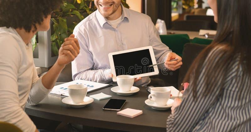 Ευτυχές άτομο που παρουσιάζει αυξανόμενες στατιστικές συναδέλφων της μικρής εταιρίας τους στοκ φωτογραφία με δικαίωμα ελεύθερης χρήσης