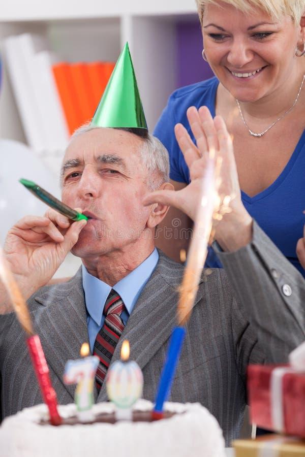 Ευτυχές άτομο στα 70α γενέθλιά του στοκ εικόνα