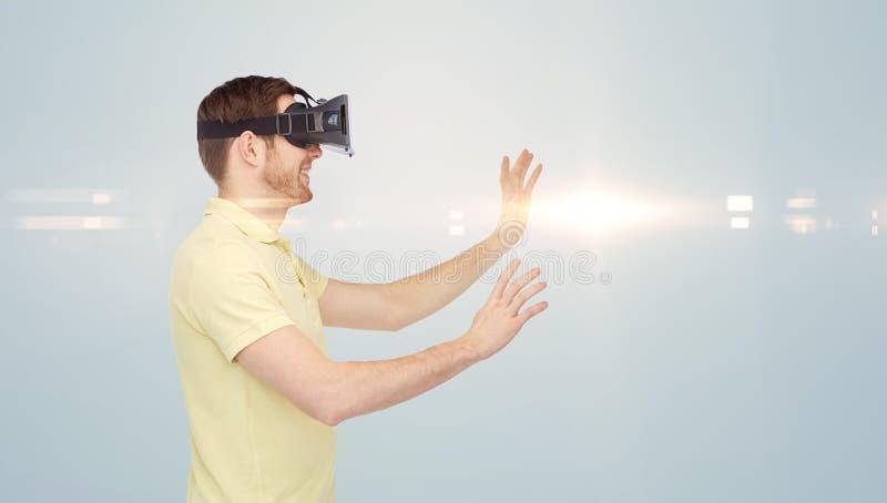 Ευτυχές άτομο στην κάσκα εικονικής πραγματικότητας ή τα τρισδιάστατα γυαλιά στοκ φωτογραφίες