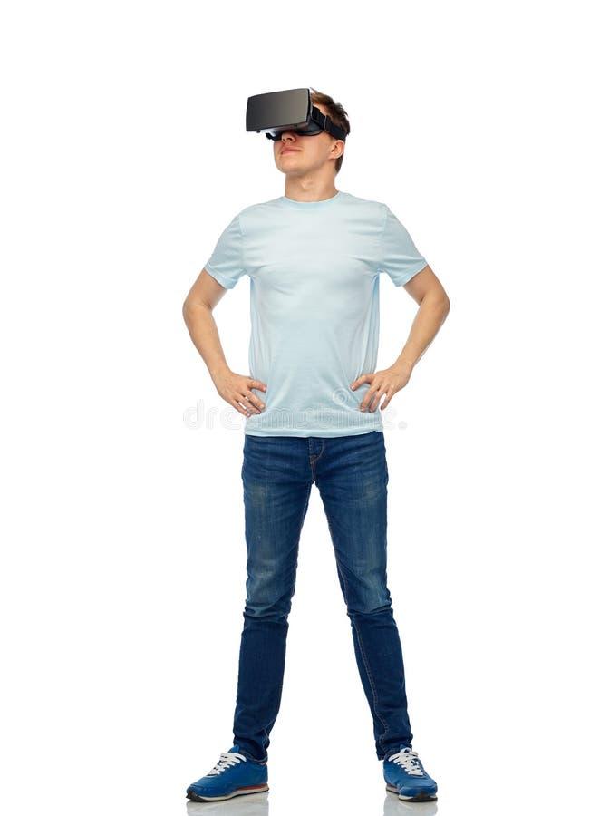 Ευτυχές άτομο στην κάσκα εικονικής πραγματικότητας ή τα τρισδιάστατα γυαλιά στοκ εικόνες με δικαίωμα ελεύθερης χρήσης