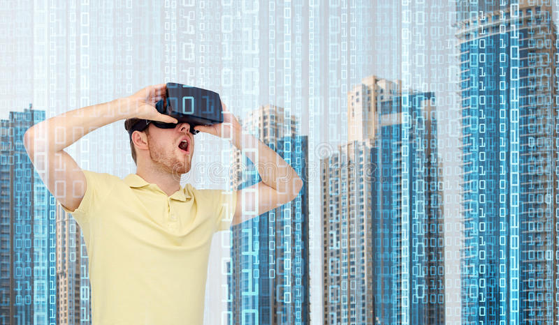 Ευτυχές άτομο στην κάσκα εικονικής πραγματικότητας ή τα τρισδιάστατα γυαλιά στοκ φωτογραφία με δικαίωμα ελεύθερης χρήσης