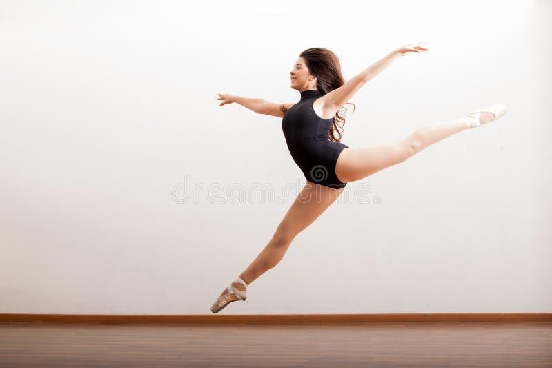Ευτυχές άλμα χορευτών μπαλέτου στοκ φωτογραφίες
