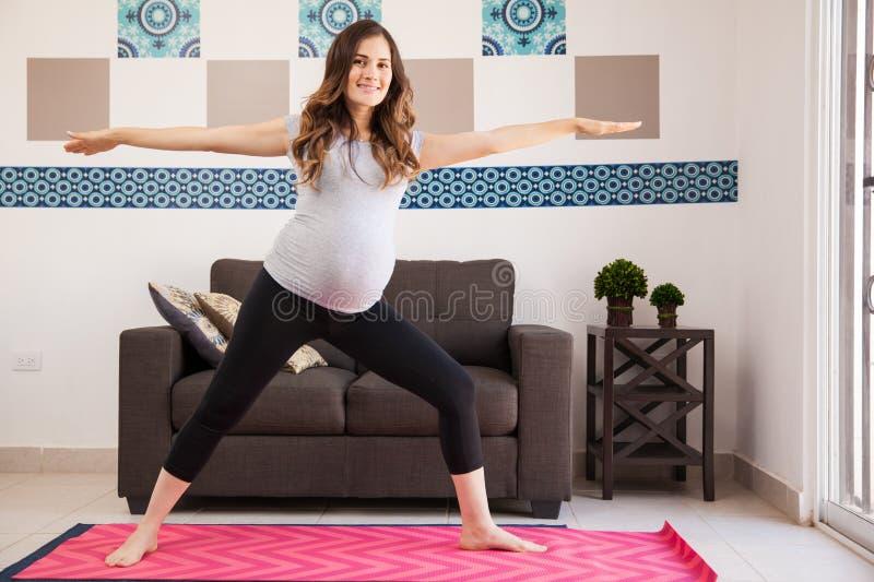 Ευτυχές έγκυο mom που κάνει τη γιόγκα στοκ εικόνες με δικαίωμα ελεύθερης χρήσης