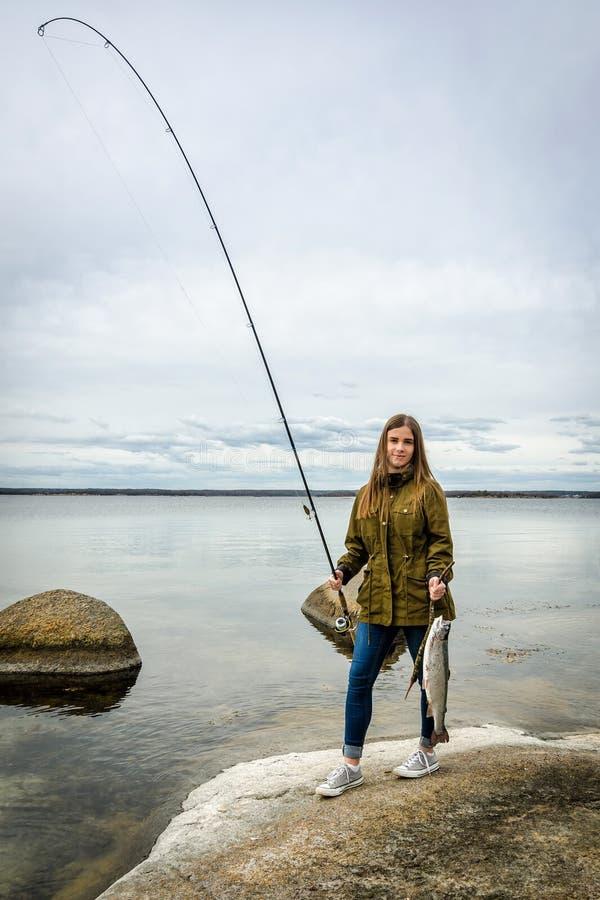 Ευτυχές έφηβη με την αλιεία του τροπαίου στοκ εικόνα με δικαίωμα ελεύθερης χρήσης