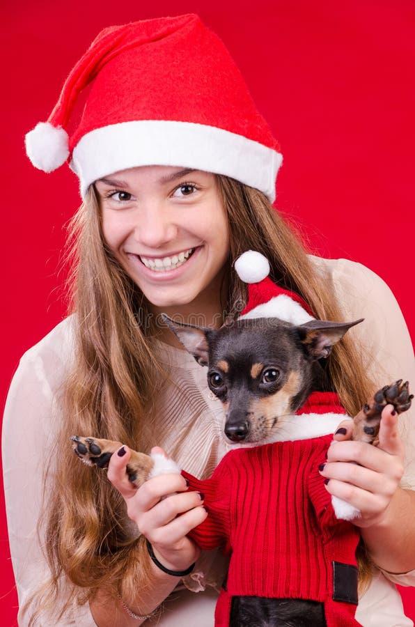 Ευτυχές έφηβη με το σκυλί στο πορτρέτο Χριστουγέννων στοκ φωτογραφία με δικαίωμα ελεύθερης χρήσης