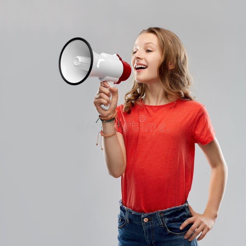 Ευτυχές έφηβη που μιλά megaphone στοκ εικόνες με δικαίωμα ελεύθερης χρήσης