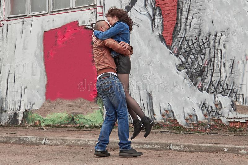 Ευτυχές αγαπώντας ζεύγος που αγκαλιάζει το ένα το άλλο κατά τη διάρκεια μιας ρομαντικής σύγκρουσης στοκ εικόνες