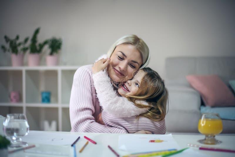 ευτυχές αγκάλιασμα βασική μητέρα κορών στοκ φωτογραφίες