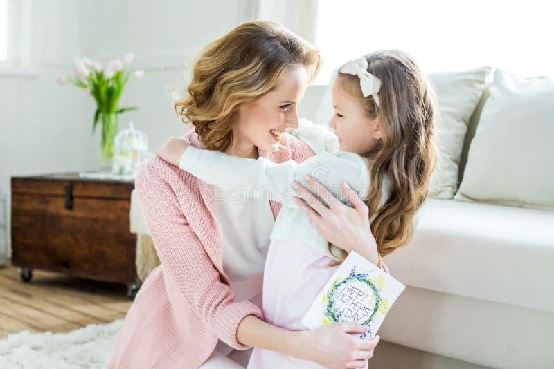 Ευτυχές αγκάλιασμα μητέρων και κορών στοκ εικόνες