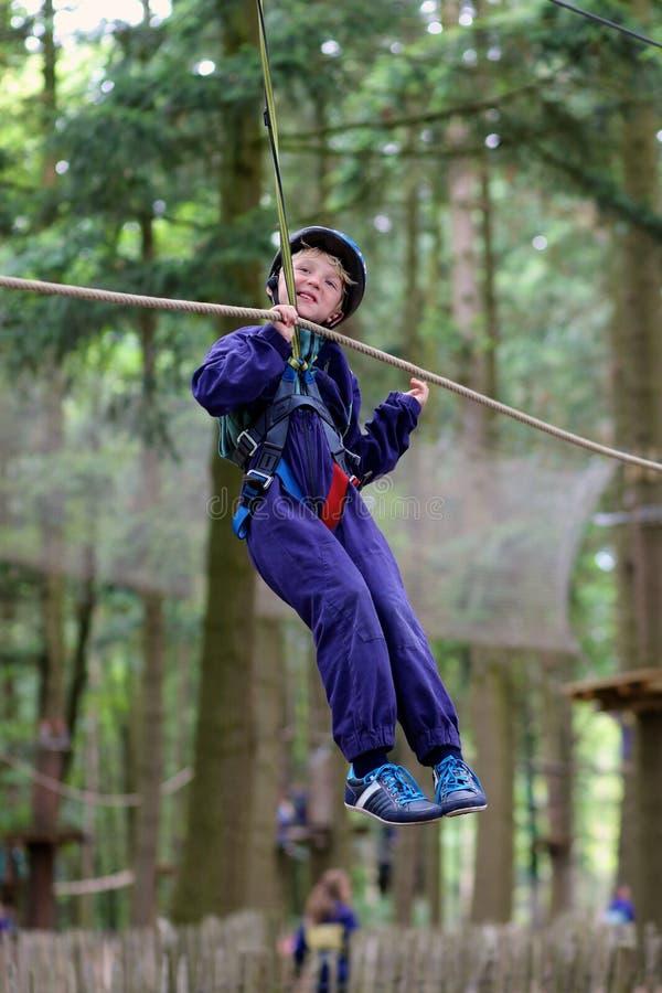Ευτυχές αγόρι που αναρριχείται στο πάρκο περιπέτειας στοκ φωτογραφίες με δικαίωμα ελεύθερης χρήσης