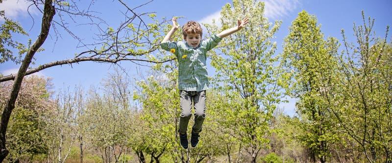Ευτυχές αγόρι που παίζει και που πηδά έξω στοκ εικόνες