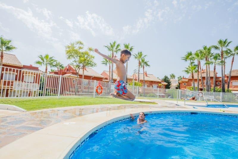 Ευτυχές αγόρι που πηδά στη λίμνη στοκ φωτογραφίες με δικαίωμα ελεύθερης χρήσης