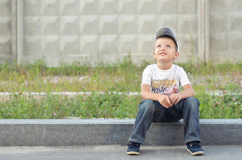 Ευτυχές αγόρι σε μια συγκράτηση στοκ φωτογραφία με δικαίωμα ελεύθερης χρήσης