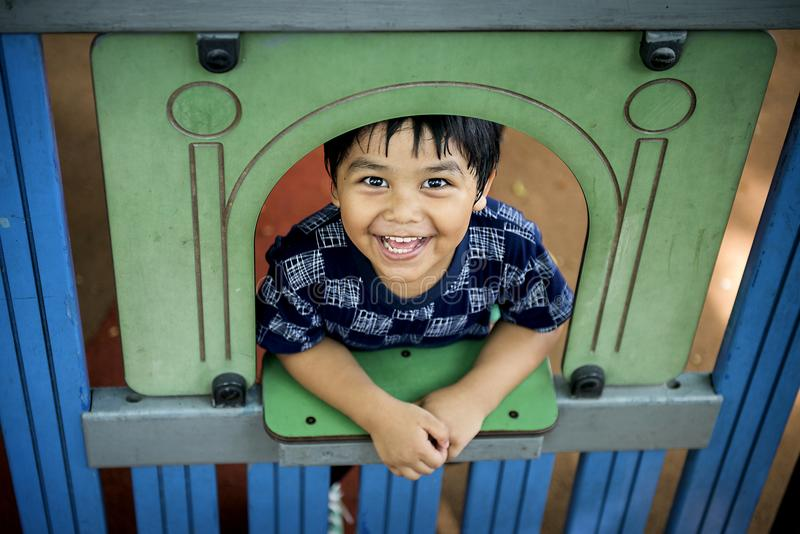 Ευτυχές αγόρι στη σχολική παιδική χαρά στοκ εικόνα με δικαίωμα ελεύθερης χρήσης