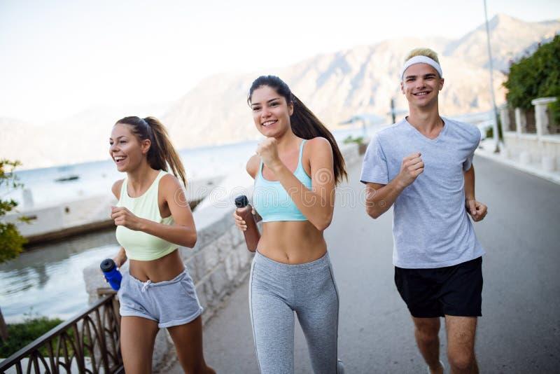 Ευτυχές ανθρώπων υπαίθριο Τρέξιμο, αθλητισμός, που ασκούν και υγιής έννοια τρόπου ζωής στοκ εικόνες με δικαίωμα ελεύθερης χρήσης