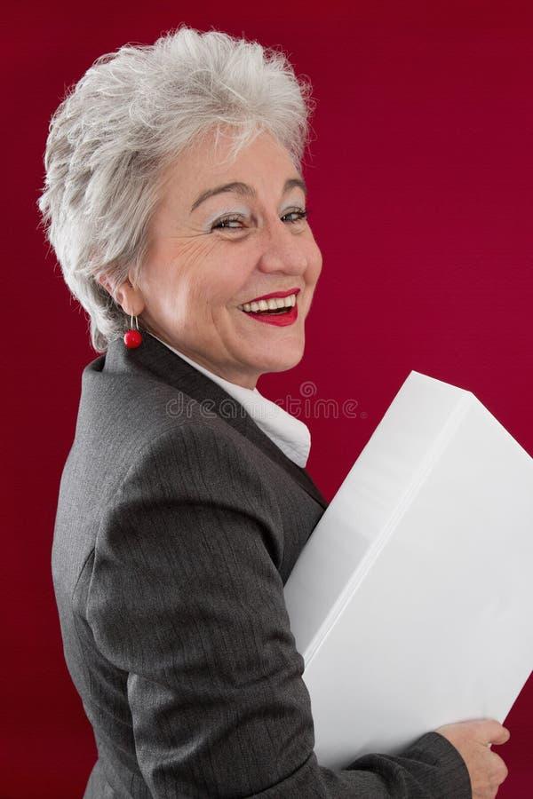 Ευτυχές ανώτερος προσωπικό με τα έγγραφα εγγράφων στοκ εικόνες