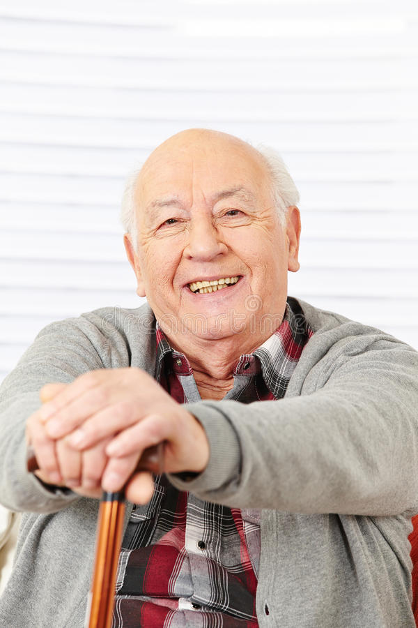 Ευτυχές ανώτερο άτομο με τον κάλαμο στοκ φωτογραφία με δικαίωμα ελεύθερης χρήσης