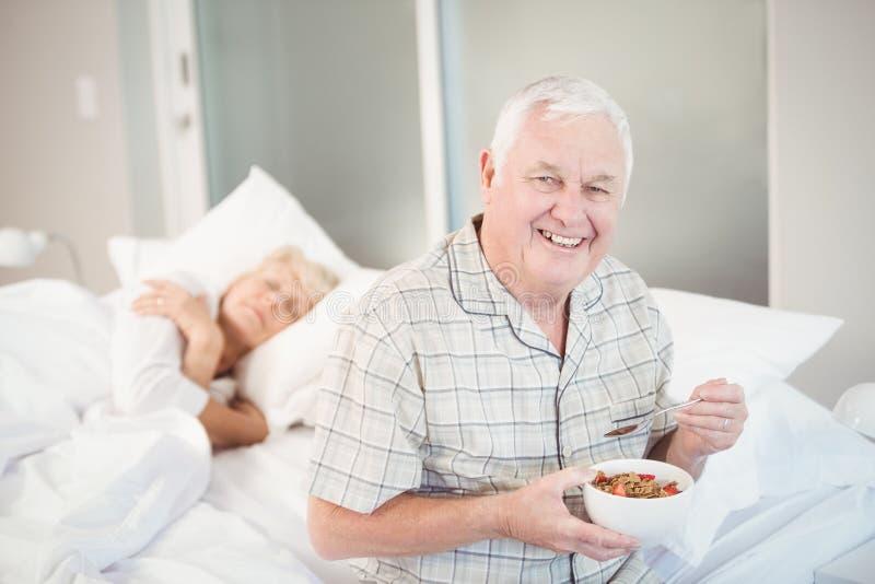 Ευτυχές ανώτερο άτομο που έχει τη σαλάτα με τον ύπνο της συζύγου στοκ εικόνα με δικαίωμα ελεύθερης χρήσης