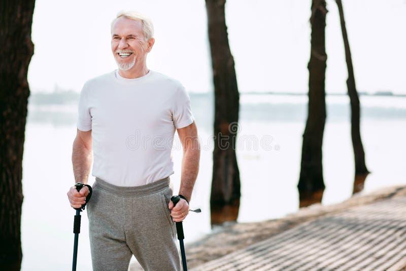Ευτυχές ανώτερο αθλητικό περπάτημα άσκησης ατόμων στοκ φωτογραφία με δικαίωμα ελεύθερης χρήσης