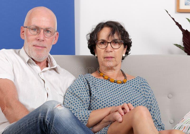 Ευτυχές ανώτερο ζεύγος ερωτευμένο, στο σπίτι τους στοκ φωτογραφία με δικαίωμα ελεύθερης χρήσης