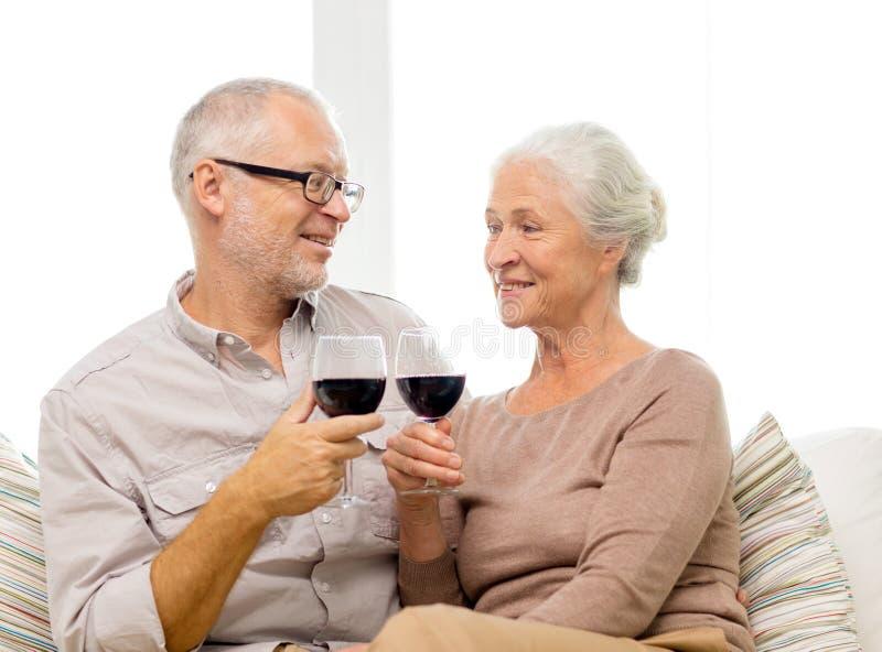 Ευτυχές ανώτερο ζεύγος με τα ποτήρια του κόκκινου κρασιού στοκ φωτογραφίες με δικαίωμα ελεύθερης χρήσης