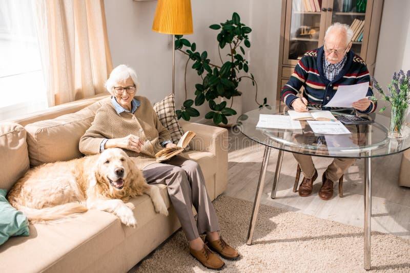 Ευτυχές ανώτερο ζεύγος με την οικογένεια Pet στοκ φωτογραφία