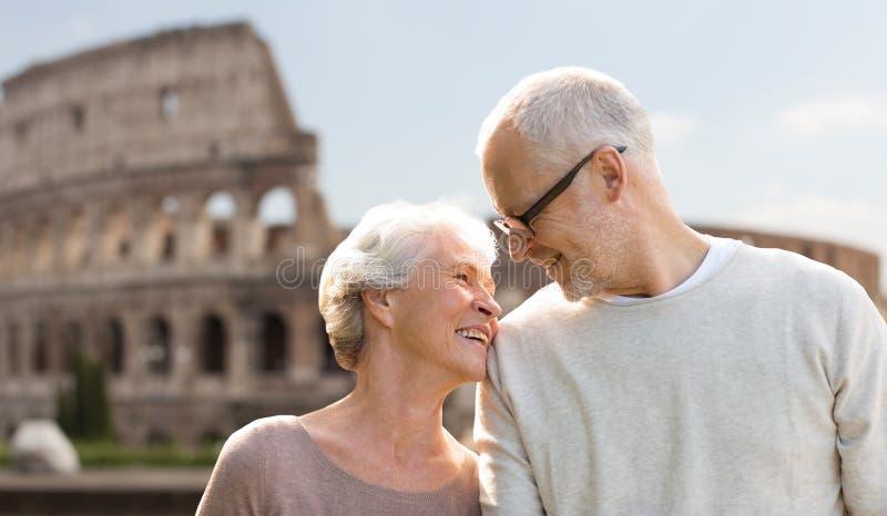 Ευτυχές ανώτερο ζεύγος πέρα από το coliseum στη Ρώμη, Ιταλία στοκ εικόνα με δικαίωμα ελεύθερης χρήσης
