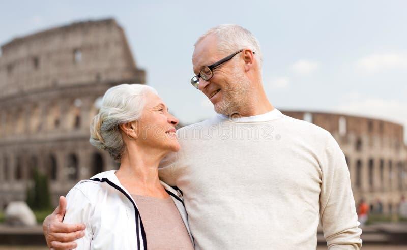 Ευτυχές ανώτερο ζεύγος πέρα από το coliseum στη Ρώμη, Ιταλία στοκ φωτογραφίες