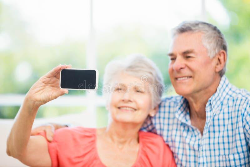 Ευτυχές ανώτερο ζεύγος που παίρνει ένα selfie στοκ εικόνες