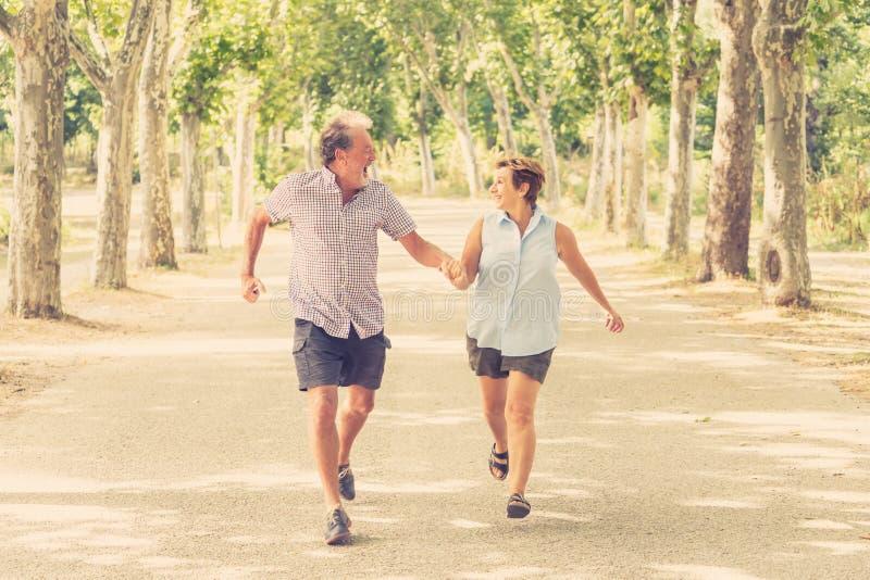 Ευτυχές ανώτερο ζεύγος που περπατά και που απολαμβάνει τη ζωή υπαίθρια στοκ φωτογραφία με δικαίωμα ελεύθερης χρήσης