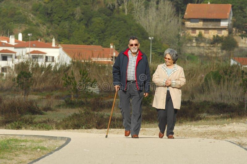 ευτυχές ανώτερο περπάτημ&alph στοκ εικόνα με δικαίωμα ελεύθερης χρήσης