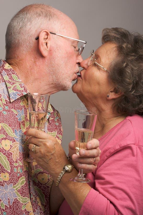 Ευτυχές ανώτερο φίλημα ζεύγους στοκ φωτογραφίες με δικαίωμα ελεύθερης χρήσης