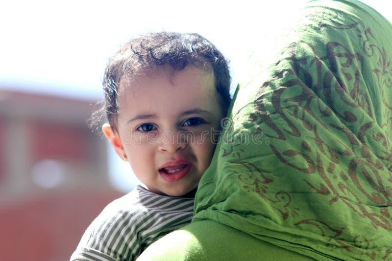 Ευτυχές αραβικό μουσουλμανικό κοριτσάκι στοκ εικόνες με δικαίωμα ελεύθερης χρήσης