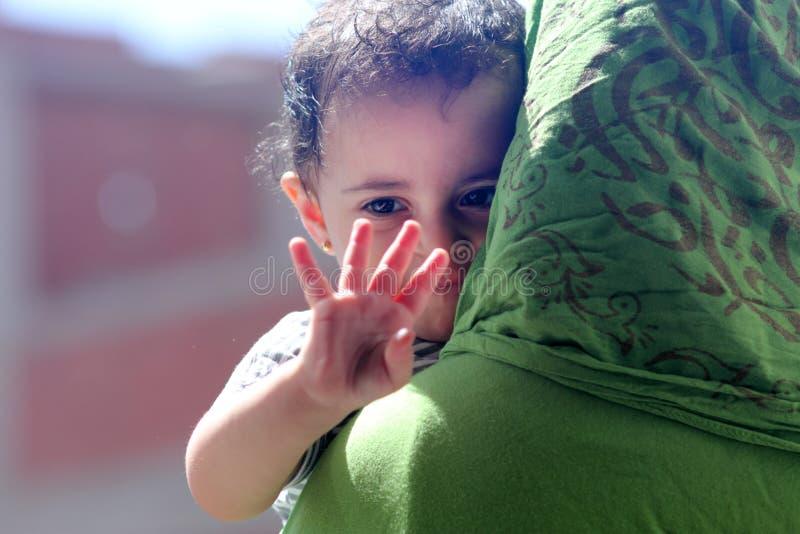 Ευτυχές αραβικό μουσουλμανικό κοριτσάκι στοκ εικόνα