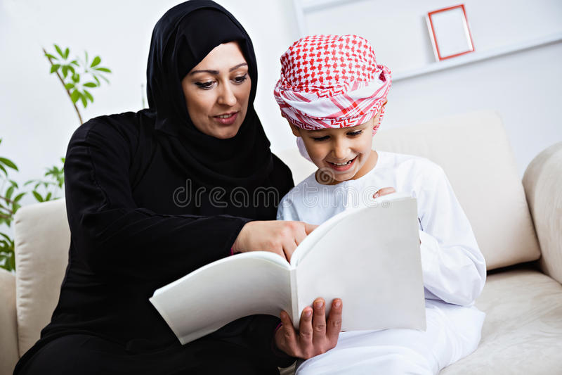 Ευτυχές αραβικό παιδί στο σπίτι με τη μητέρα του στοκ εικόνα με δικαίωμα ελεύθερης χρήσης