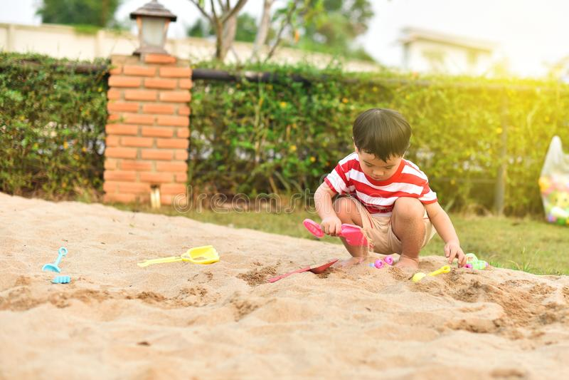 Ευτυχές ασιατικό αγόρι στην παιδική χαρά στοκ εικόνες