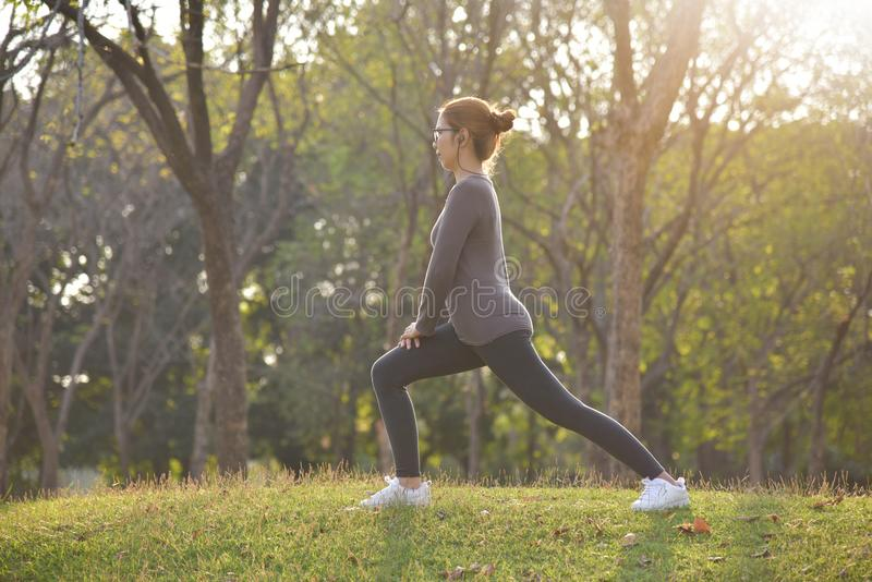 Ευτυχές ασιατικό θηλυκό workout στο πάρκο στοκ εικόνες