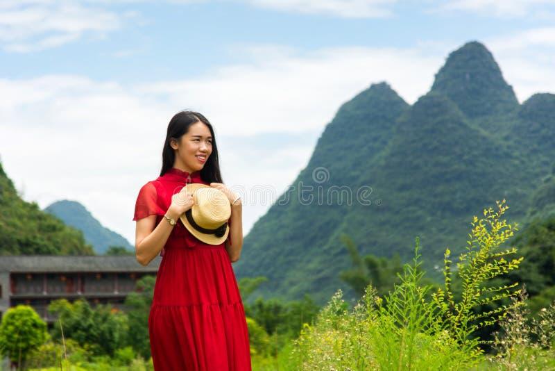 Ευτυχές ασιατικό κορίτσι που απολαμβάνει τη θέα στη φύση καρστ στοκ εικόνα με δικαίωμα ελεύθερης χρήσης
