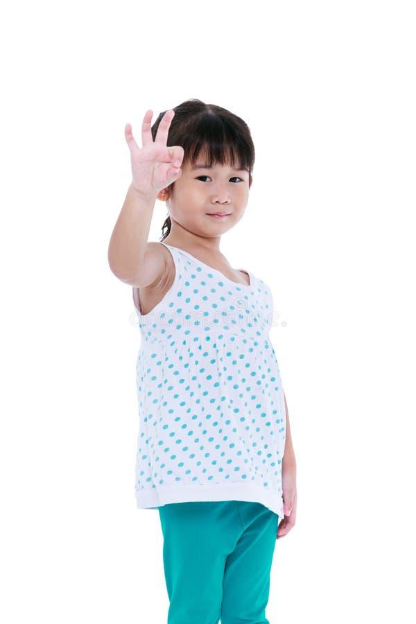 Ευτυχές ασιατικό παιδί που παρουσιάζει εντάξει χειρονομία σημαδιών Απομονωμένος στο λευκό στοκ εικόνα