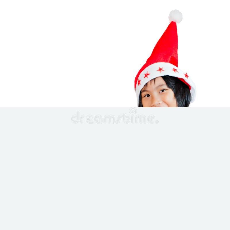 Ευτυχές ασιατικό παιδί που φορά το καπέλο santa με το λευκό στοκ φωτογραφία με δικαίωμα ελεύθερης χρήσης