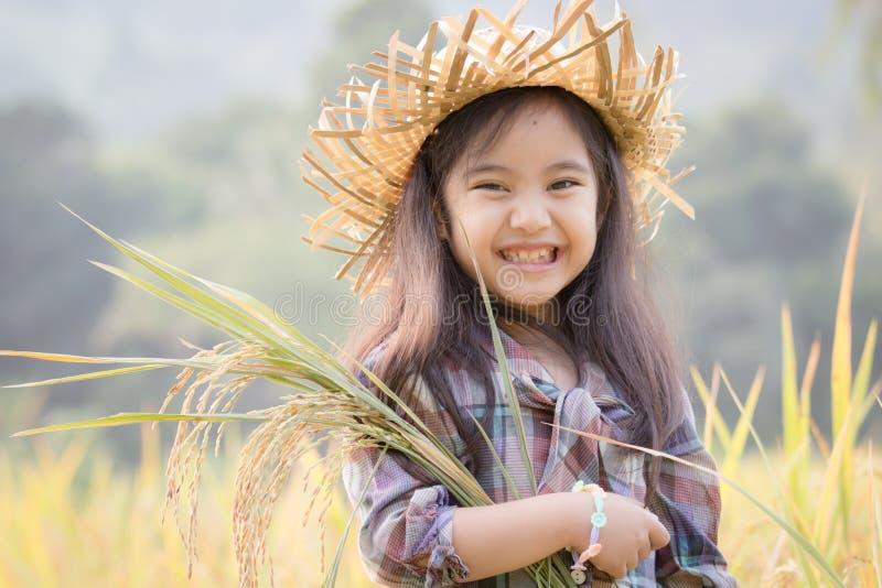 Ευτυχές ασιατικό παιδί στον τομέα ρυζιού στοκ φωτογραφίες με δικαίωμα ελεύθερης χρήσης
