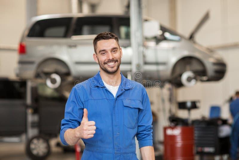 Ευτυχές αυτόματο μηχανικό άτομο ή Smith στο εργαστήριο αυτοκινήτων στοκ εικόνα με δικαίωμα ελεύθερης χρήσης