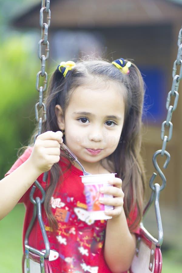 Ευτυχές γάλα ή γιαούρτι κοριτσιών πόσιμο στοκ εικόνες με δικαίωμα ελεύθερης χρήσης